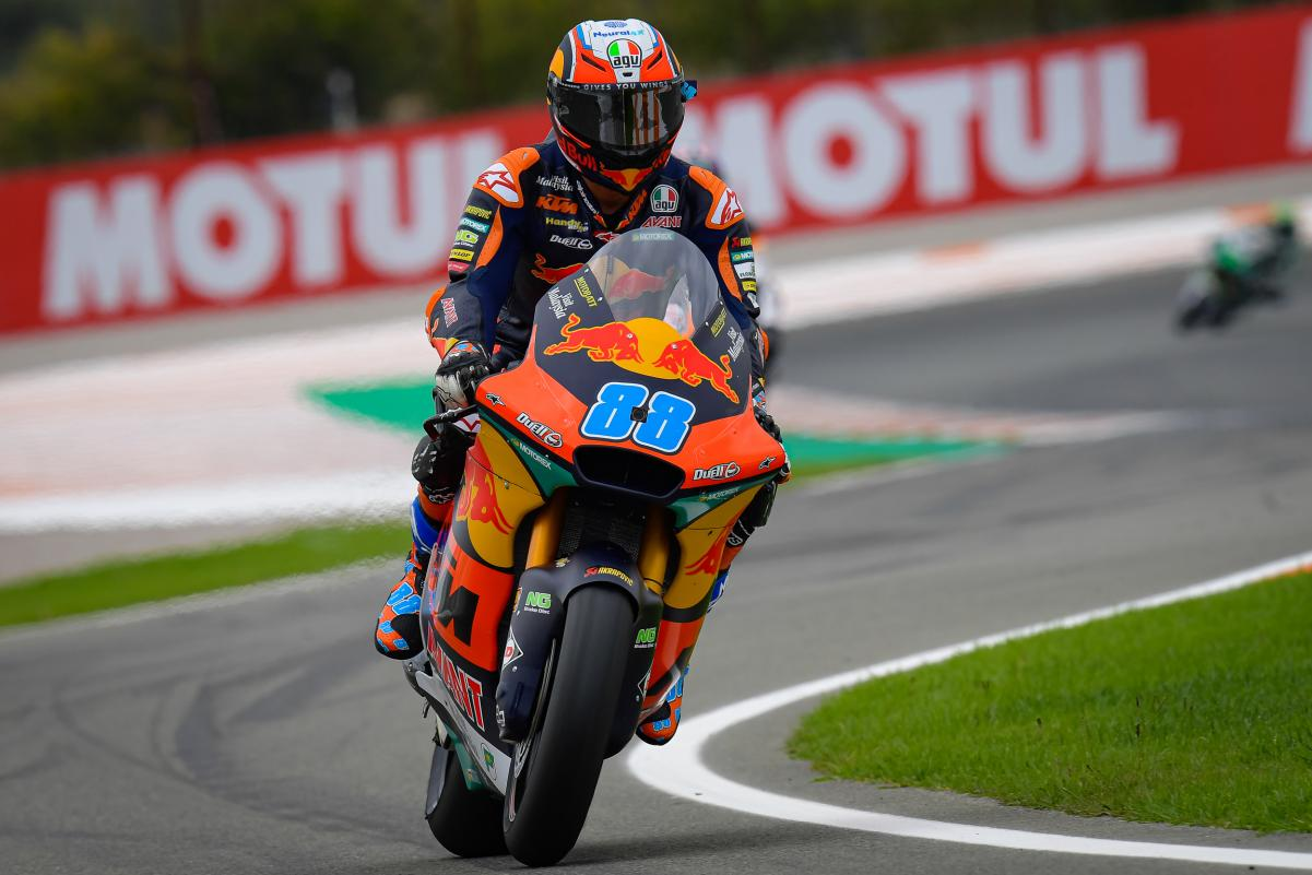Moto2 | Martin beffa Bezzecchi e vince a Valencia